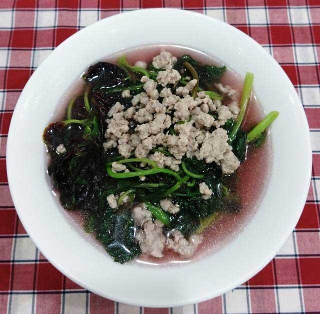 Hoàn thành món canh rau dền nấu thịt băm