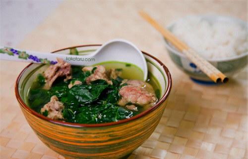 Hoàn thành món canh rau ngót nấu sườn non