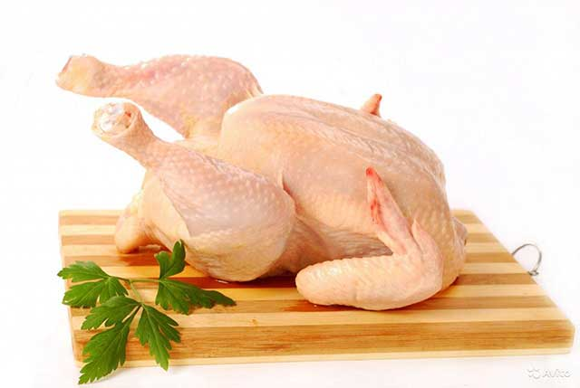Chuẩn bị gà cho món lẩu trâu thập cẩm