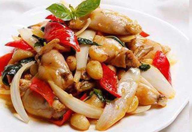 Ếch xào cùng hành tây là món ăn được nhiều người yêu thích
