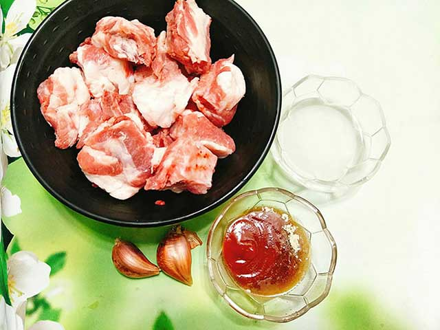 Nguyên liệu chuẩn bị cho món sườn xào chua ngọt