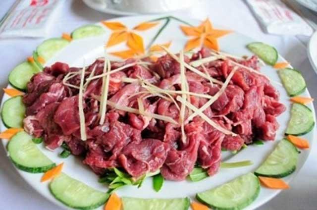 Món thịt trâu nhúng mẻ được nhiều người yêu thích