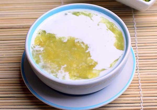 Hoàn thành món chè đậu xanh nước cốt dừa