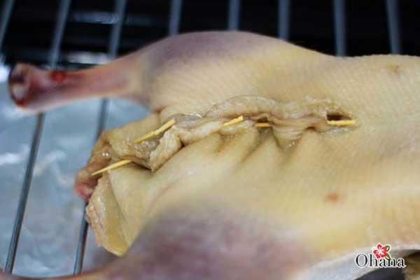 Sử dụng kim may kín phần mổ để cố định bụng vịt