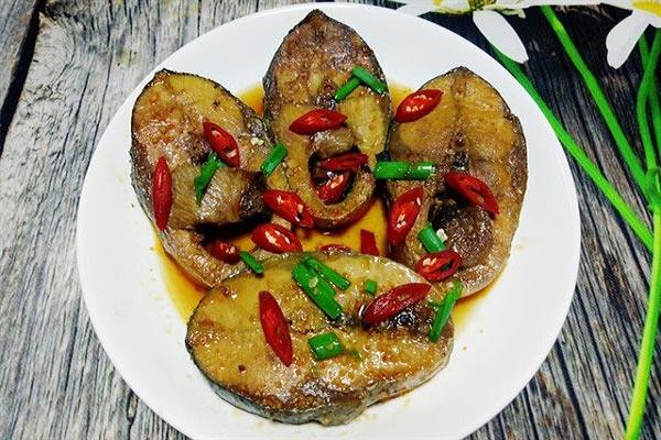 Hoàn thành món cá ngừ kho nước dừa