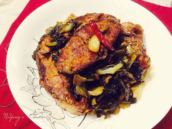 Hoàn thành món cá chép kho dưa chua