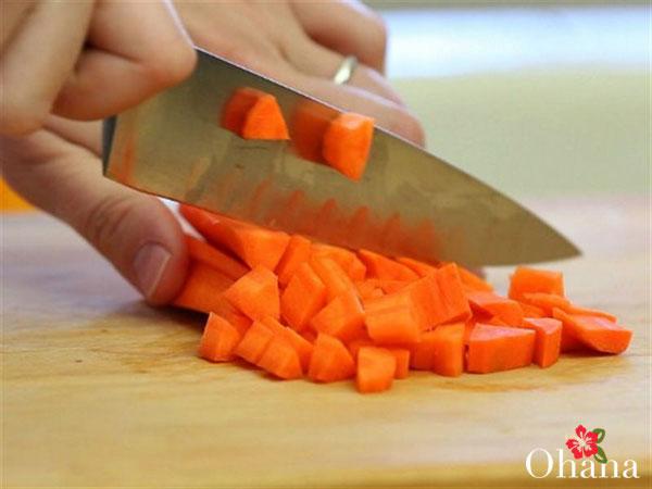Thực hiện sơ chế cà rốt
