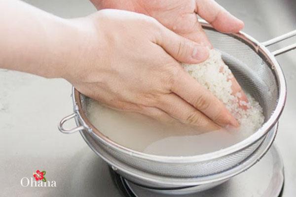 Thực hiện vo gạo